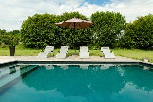 Piscine non chauffée equipée de bains de soleil / Unheated pool equipped with sun deck